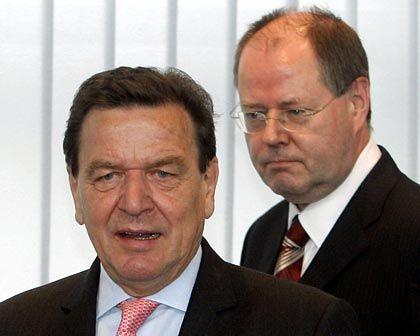 Konsequenzen für Berlin: NRW-Spitzenkandidat Peer Steinbrück steht am Montag im Willy-Brandt-Haus in der SPD-Praesidiumssitzung hinter Bundeskanzler Gerhard Schröder