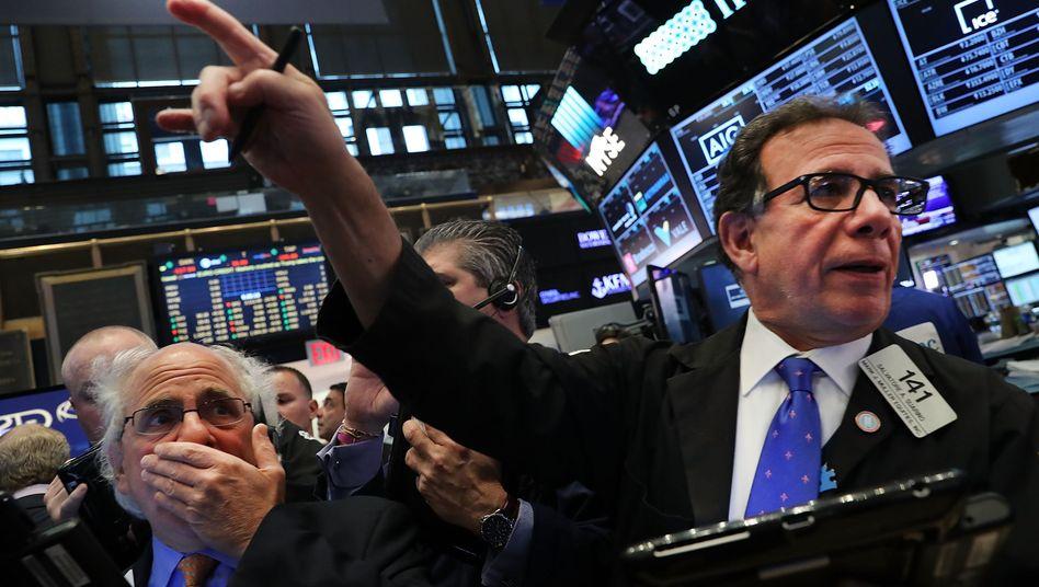 Aktienhändler in New York: Unternehmen kaufen eigene Papiere im Rekordvolumen