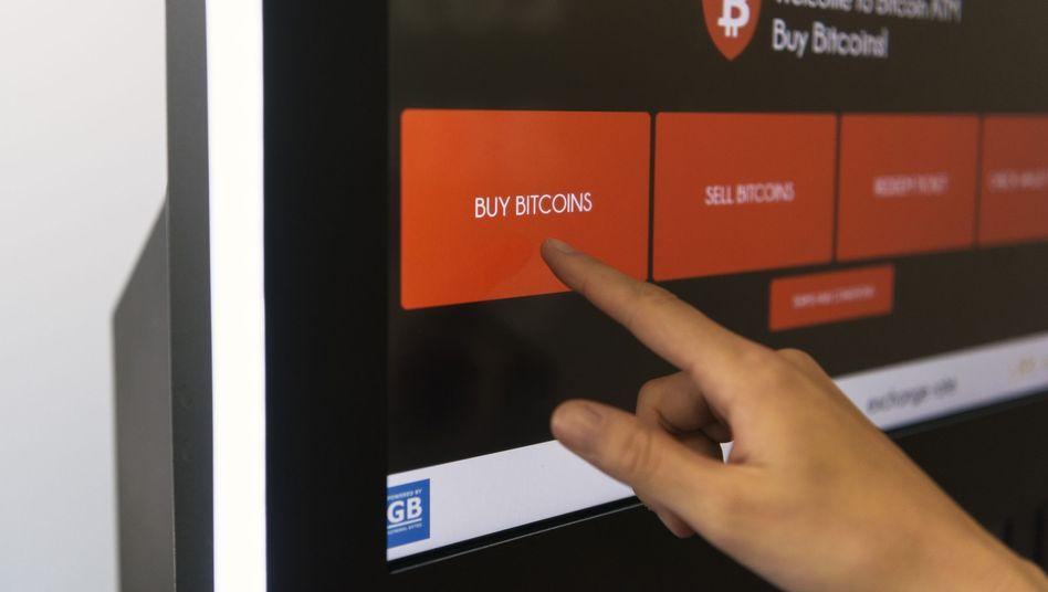 Bitcoins kaufen: Viele Investoren haben ihr Cyber-Geld schon vor langer Zeit erworben - und wissen heute nicht mehr, wie sie daran kommen sollen.