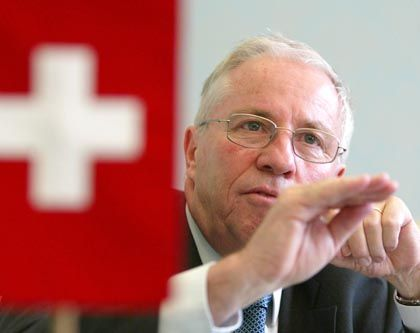 Rechtsaußen Blocher: Gegen die Banken paktiert er sogar mit politischen Erzfeinden
