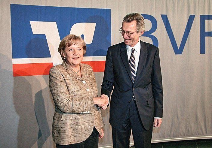 Als Vorsitzender des Bundesverbandes der Volks- und Raiffeisenbanken empfing er 2007 Kanzlerin Angela Merkel auf dem Verbandstag der Genossenbanker.