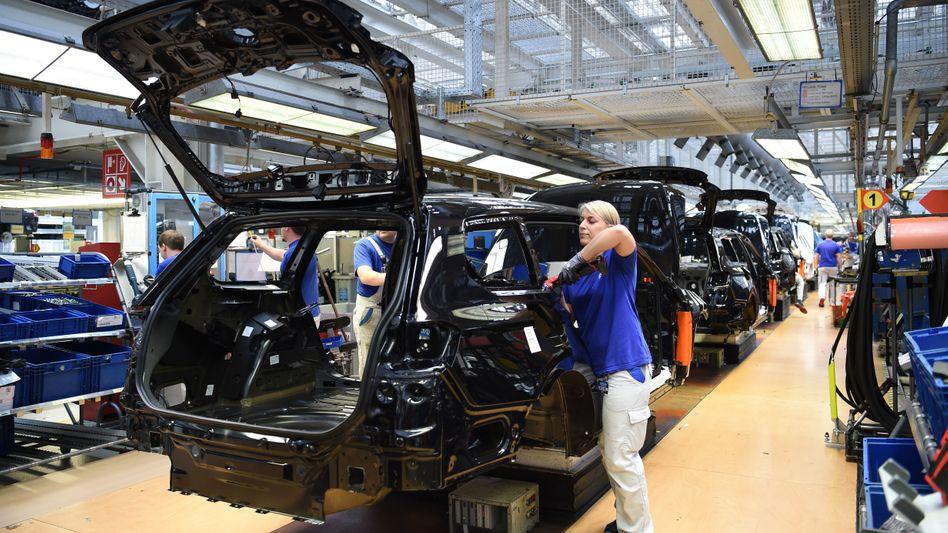 Die VW-Mitarbeiter bekommen für das vergangene Jahr eine Prämie von 4100 Euro - Daimler zahlt 5700 Euro