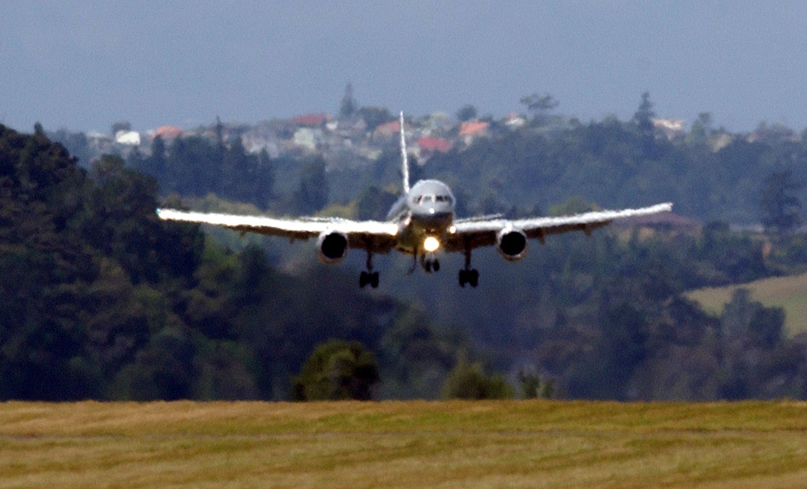Boeing 757 approaches the runway
