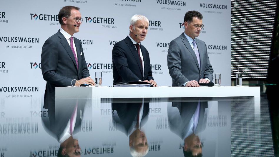 VW-Konzernchef Müller (Mitte), Strategievorstand Sedran (li.), Ober-Kommunikator Bode (re.): Die Marschrichtung steht
