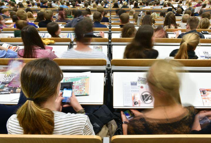 Lernen: Studenten an Universitäten: Lesen, lautet deren Devise. Und im Idealfall Verstehen. Denn erst das mündet in Erkenntnissen, wie sie auch bei der Kapitalanlage helfen.