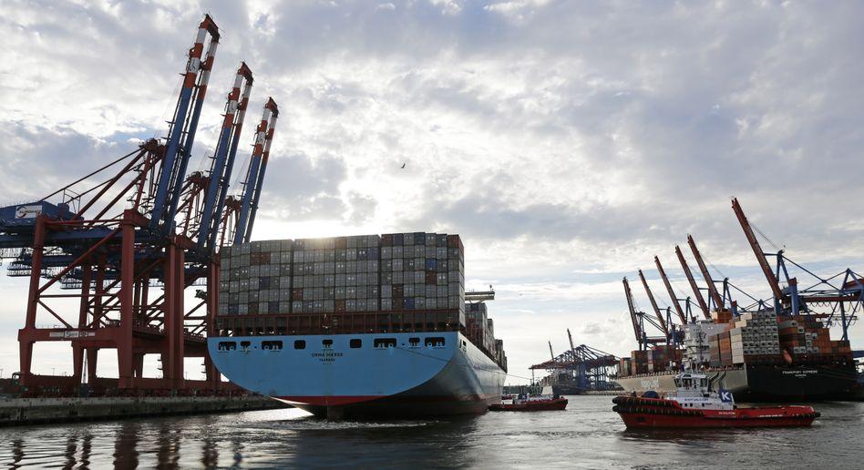 Maersk-Container-Riese im Hafen von Singapur: Die Dänen könnten sich durch einen Einstieg bei Hanjin und Hyundai insbesondere auf der trans-pazifischen Route verstärken, sagen Experten
