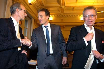 Drei für die Freiheit: Alexander Falk, Rechtsanwälte Thomas Bliwier (l.) und Gerhard Strate (r.) im Hamburger Landgericht