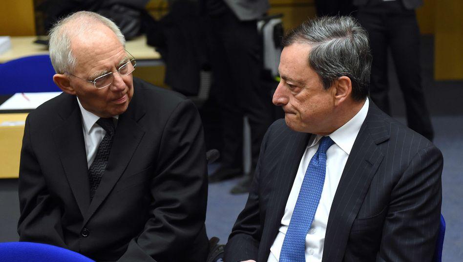 Draghi, Schäuble (links): Die EZB erzielte 2016 1,2 Milliarden Euro Überschuss. Rund 300 Millionen Euro davon fließen an die Bundesbank