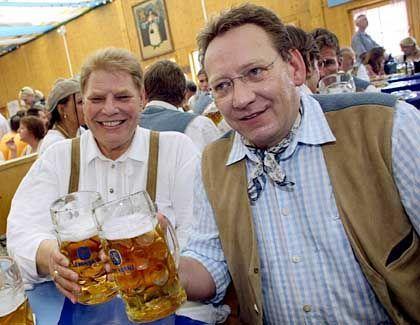 Der eine ist frei, der andere nicht: Karl-Heinz Wildmoser senior und junior (r.)