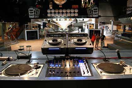 Arbeitsgerät für DJs: Plattenspieler sind zum professionellen Mixen von Musik oft unverzichtbar