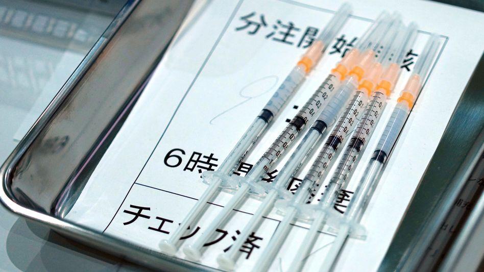 Ausgesetzt: Mit Moderna-Impfstoff aufgezogene Spritzen in Tokio