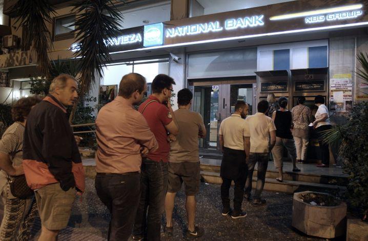 Am zentralen Athener Platz von Kolonaki warteten heute Morgen Menschen vor dem Geldautomaten der National Bank of Greece. In anderen Stadtteilen gab es ähnliche Bilder. Einige Geldautomaten waren wegen des Ansturms leer, berichteten Augenzeugen. Experten sehen die Notwendigkeit für Kapitalverkehrskontrollen