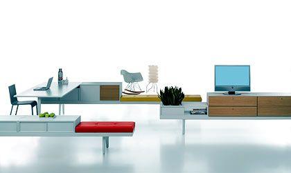 """Eine Bank als Basis: Die einfache Form dient bei Werner Aisslingers Möbelsystem """"Level 34"""" als Ausgangspunkt für Arbeitstische sowie Ablage- und Sitzflächen"""