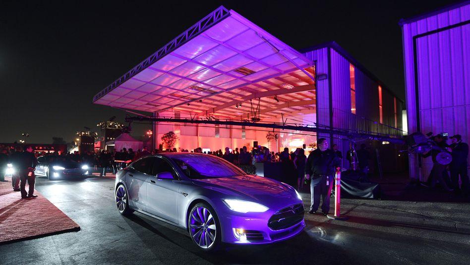"""Tesla Model """"D"""": Auch für das neue Modell wird es keinen Range-Extender und keine Plugin-Variante geben, Tesla bleibt dem reinen Elektroantrieb treu. """"Wir konzentrieren uns auf die Technik, die wir für die beste halten. Keine Kompromisse"""", sagt Jerome Guillen."""