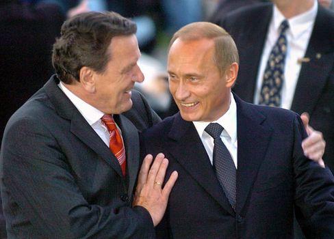 Gerhard Schröder, Wladimir Putin: Man kennt sich, man schätzt sich. Schröder hatte den Nord-Stream-Deal noch zu Amtszeiten unter Dach und Fach gebracht und kurz darauf bei einer Tochter des russischen Gasriesen Gazprom angeheuert.