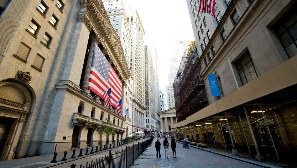 Verschont von den Fluten: Die New York Stock Exchange an der Wall Street im Finanzdistrikt von Manhattan nahm am Mittwoch den Handel wieder auf