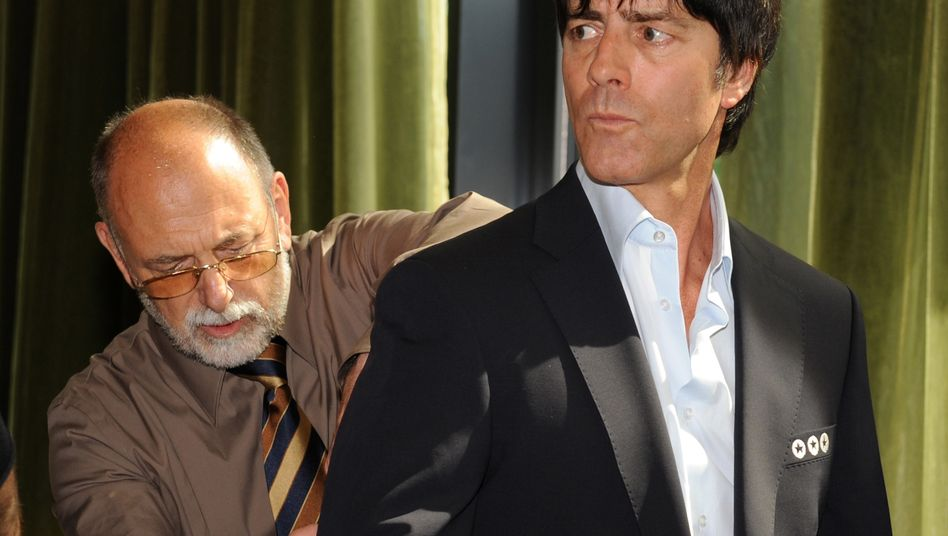 2008 war die Welt für Strenesse noch in Ordnung: Sogar die Fußballnationalmannschaft unter Führung von Bundestrainer Joachim Löw (r.) ließ von den Designer aus Bayern ausstatten