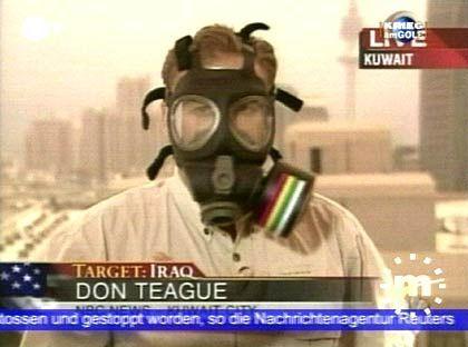 Einsatz unter Lebensgefahr: Der NBC-Reporter Don Teague berichtet live mit eine Schutzmaske