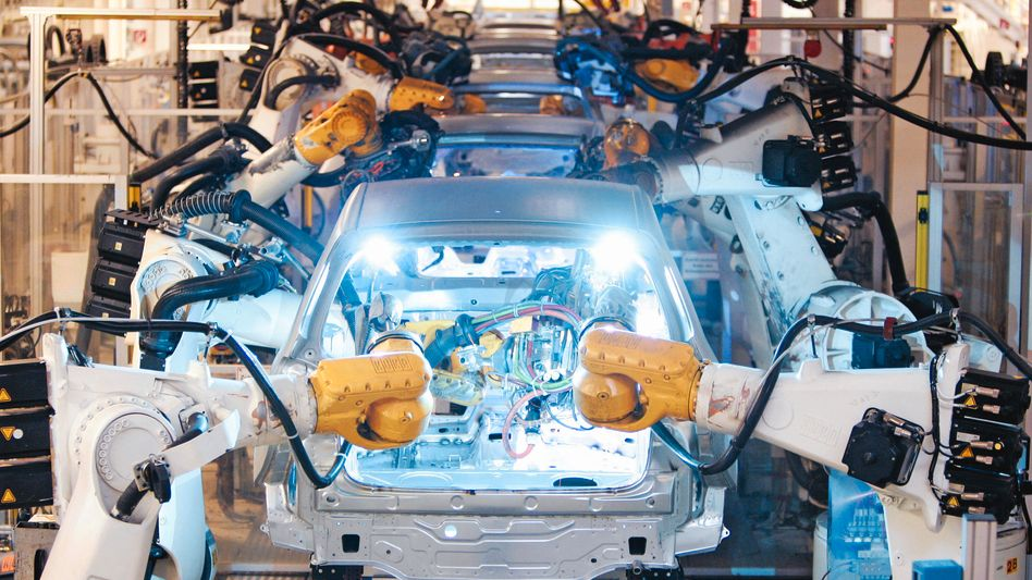 Autoindustrie: Noch laufen die Bänder der deutschen Autobauer auf Hochtouren, im nächsten Jahr könnte die Nachfrage deutlich sinken