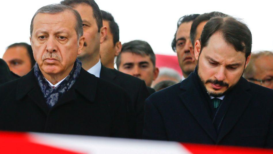 Entwertung: Die Türkische Lira ist seit Januar um 30 Prozent abgestürzt - nun erklärt auch Erdogans Schwiegersohn, Finanzminister Berat Albayrak (rechts), seinen Rücktritt