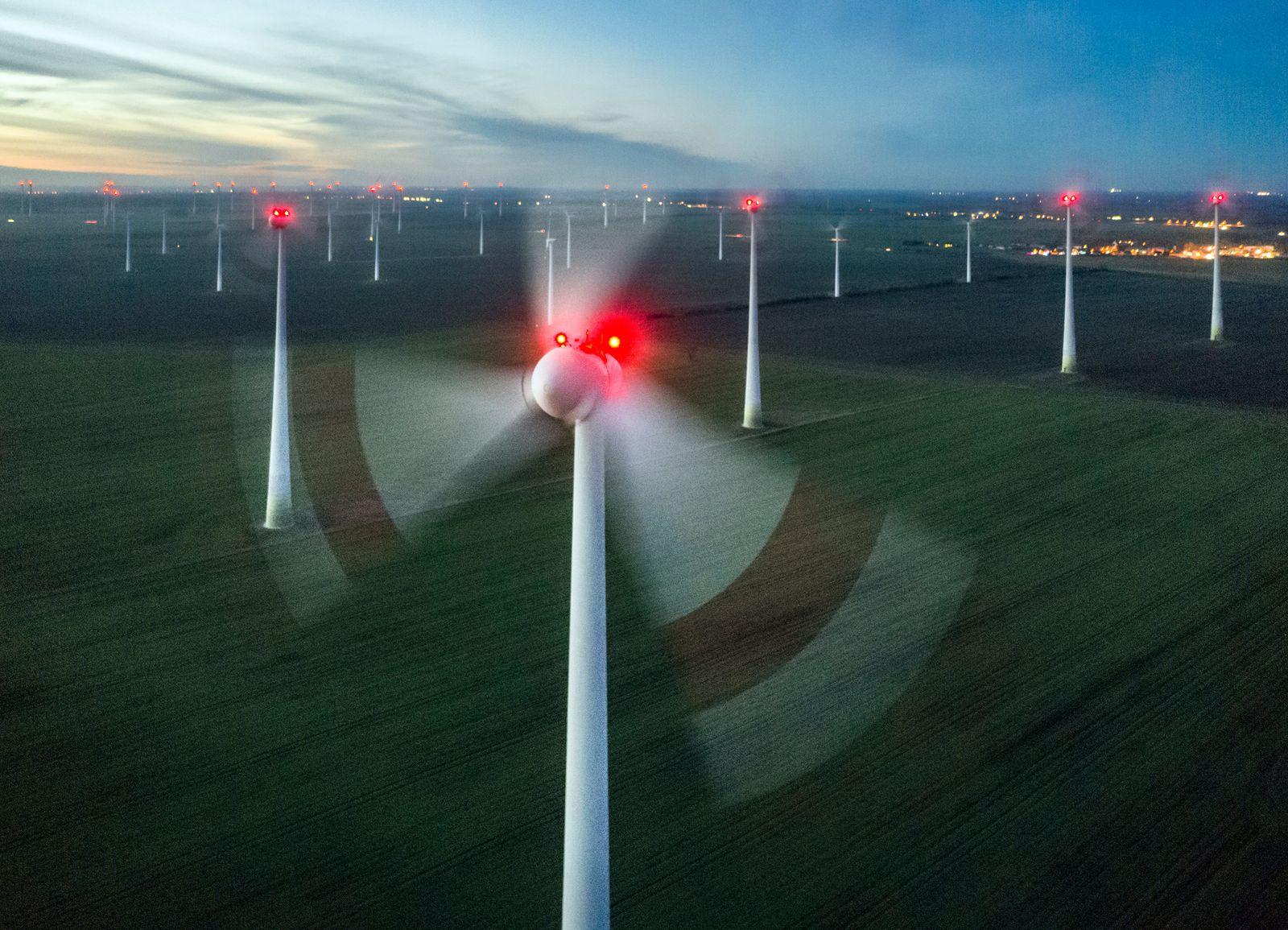 EINMALIGE VERWENDUNG Enercon Windkraftanlage im Windpark bei Nauen
