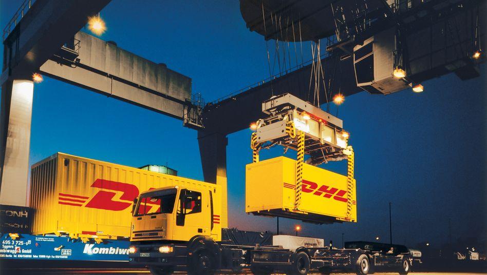 Frachtcontainerverladung vom Lkw auf die Schiene beim Logistikkonzern Deutsche Post