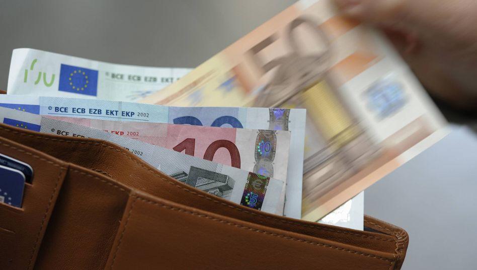 Weniger Geld: Verbraucher fürchten finanzielle Einbußen durch die Euro-Krise und steigende Preise