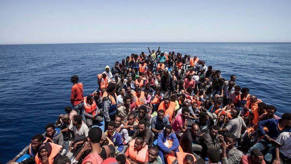 Die öffentliche Wahrnehmung in Europa ist geprägt von den Bildern der Flüchtlinge, die zu Zehntausenden den afrikanischen Kontinent verlassen. Aber sie vermitteln nur die halbe Wahrheit.
