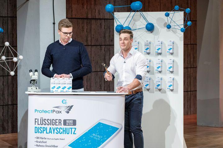 """Anthony Filipiak (l.) und Pascal Buchen aus Düsseldorf präsentieren mit """"Protect Pax"""" ihren flüssigen Displayschutz."""