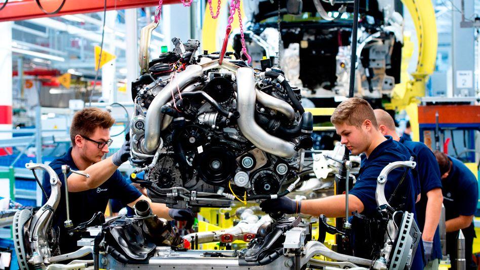 S-Klasse-Produktion in Sindelfingen: Der Daimler-Konzern legt mehr Geld für die Betriebsrentenansprüche seiner Beschäftigten zurück