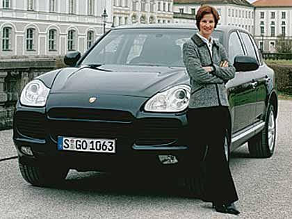 Königliche Kulisse: Katharina le Thierry, Deutschland-Chefin der Uhrenmarke Ebel, testete den Porsche Cayenne vor dem Münchener Schloss Nymphenburg