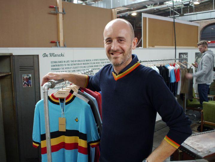Mauro Loccia neben Trikots: Wolle gemischt mit Acryl