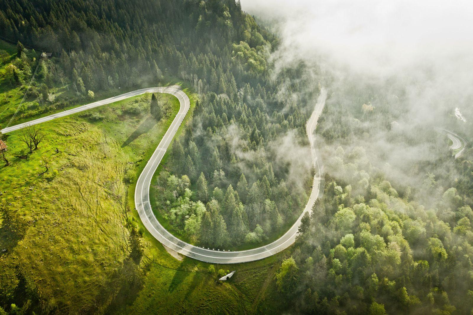 BUCHCOVER / Curves / Delius Klasing Verlag / Luftbild Kurve