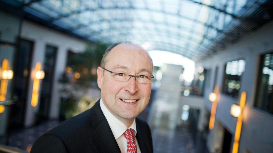 Lächelt demnächst auch für die Aktionäre des Rivalen Gagfah: Rolf Buch, der Vorstandsvorsitzende des Immobilienunternehmens Deutsche Annington, hier ein Foto vom 28.02.2014, aufgenommen vor Beginn der Jahrespressekonferenz im Maritim Hotel in Düsseldorf.