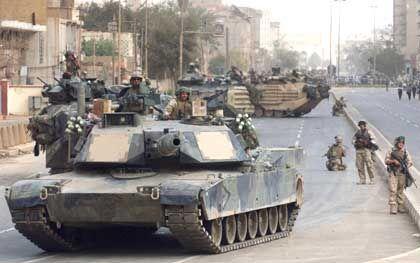 Einmarsch: Ein US-Panzer rollt durch Bagdad