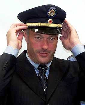 """Ronald Schill im September 2002 mit dem Prototyp einer blauen Polizeimütze: Die neuen Polizeiuniformen ließ er nach dem Vorbild New York designen - dort herrscht """"Law and Order"""", und das war ganz nach dem Geschmack des Innensentors"""