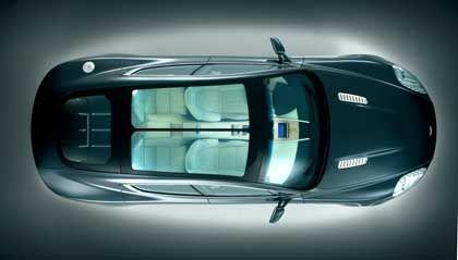Es werde Licht: Ein Glasdach lässt ausreichend Helligkeit in den Innenraum des Aston Martin Rapide, auf Knopfdruck können die Scheiben abgedunkelt werden
