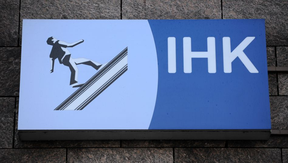 IHK-Logo: Die Kammern nehmen jährlich rund 1,3 Milliarden Euro ein
