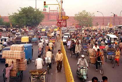 Busse, Autos, Dreiradtaxis, Fahrradfahrer und Fußgänger: Auf denNeu Delhis ist immer reger Betrieb