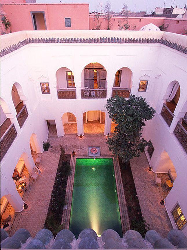 Pool mit Arkadengängen: Riyad El Mezouar