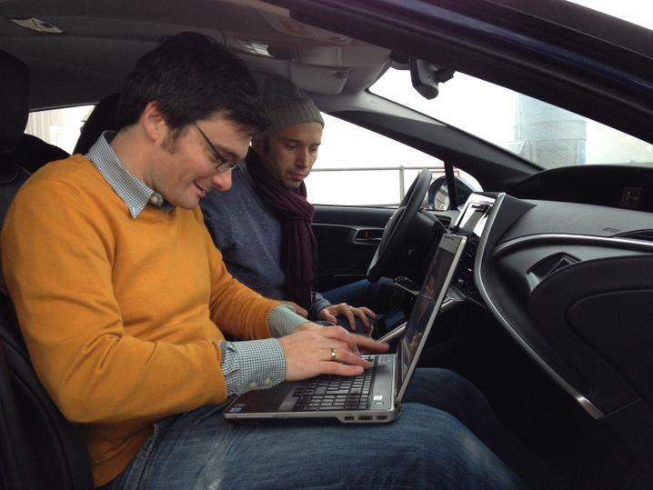 Arbeitsteilung im Auto: Einer fährt, einer schreibt