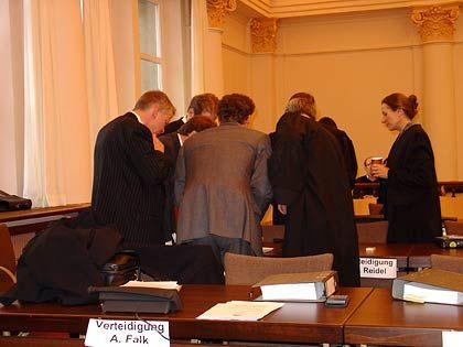 Geheime Besprechung: Anwälte im Falk-Prozess