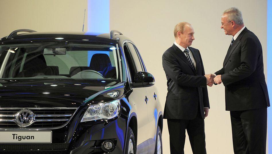 Zwei Männer, zwei Welten: Volkswagen-Chef Martin Winterkorn (r.) mit dem seinerzeitigen russischen Premier und heutigen Präsidenten Wladimir Putin bei einer Werkseröffnung in Kaluga, Russland