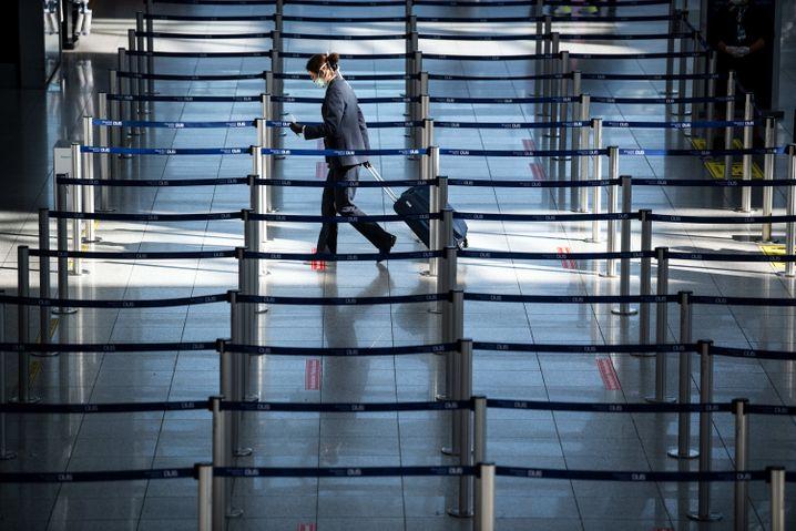 Reisende am Flughafen Düsseldorf: Auch das Geschäftsreisensegment ist von Corona schwer getroffen - und könnte sich womöglich noch schwerer erholen als der Freizeitmarkt