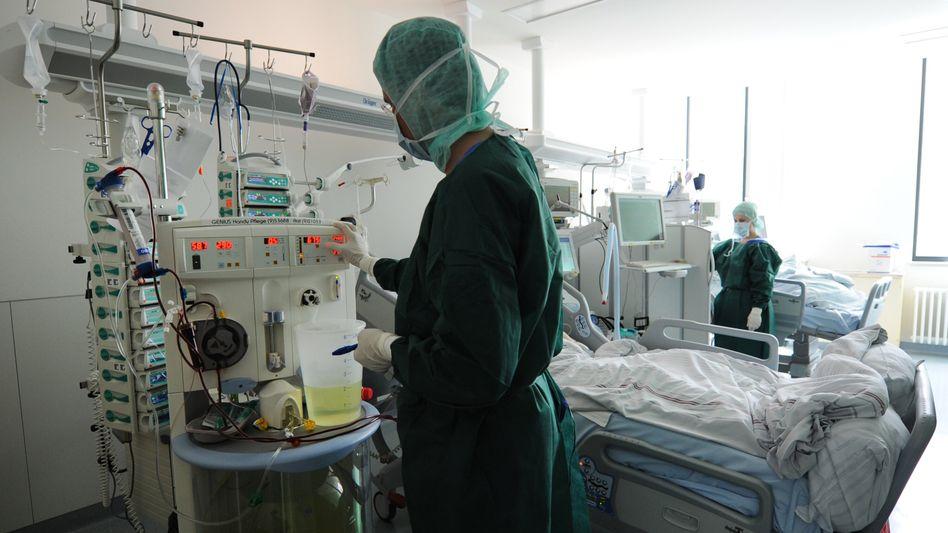 Ehec-Infizierter im UKE: Die Deutsche Krankenhausgesellschaft fordert, die finanziellen Kürzungen für die Krankenhäuser zurückzunehmen
