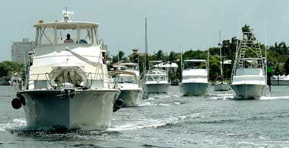 Auf zu sicheren Ufern: Die Wasserschutzpolizei von Fort Lauderdale begleitet eine Gruppe von Booten in einen sicheren Hafen