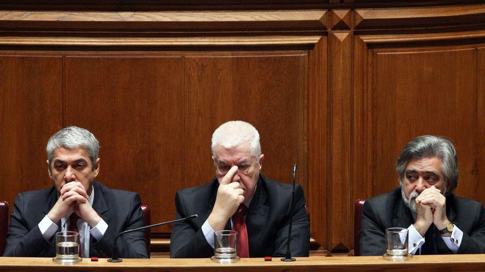 Krisenkabinett: Portugals Premier José Sócrates, Finanzminister Fernando Teixeira dos Santos, Außenminister Luís Amado (v.l.)