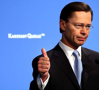 """Daumen Hoch: KarstadtQuelle-Vorstandschef Middelhoff möchte seinen Konzern nicht mehr als """"angeschlagen"""" verstanden wissen"""