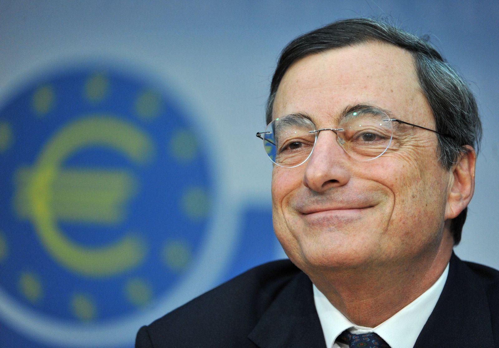 Draghi lächelt / EZB-Logo
