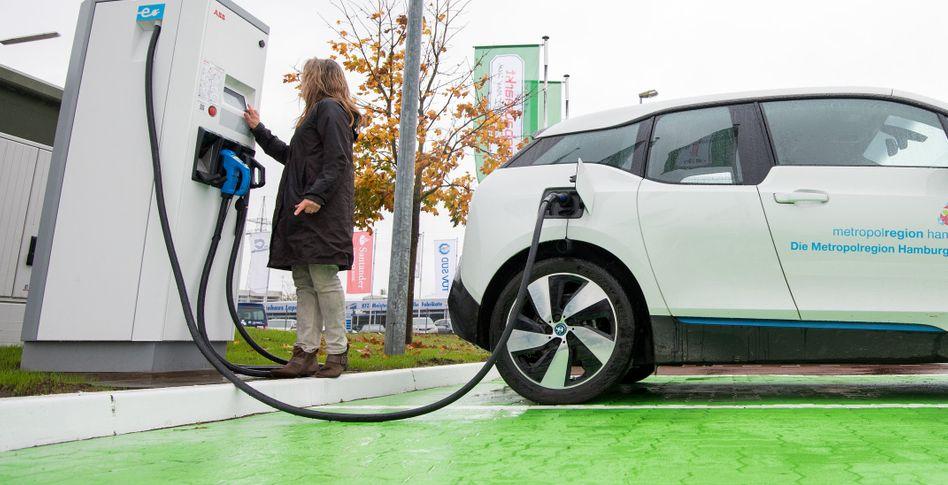 Auftanken: Laut Bundeswirtschaftsminister Peter Altmaier werden die Steuerzahler den Kauf eines Elektroautos noch bis Ende 2025 mit weiteren Milliarden subventionieren